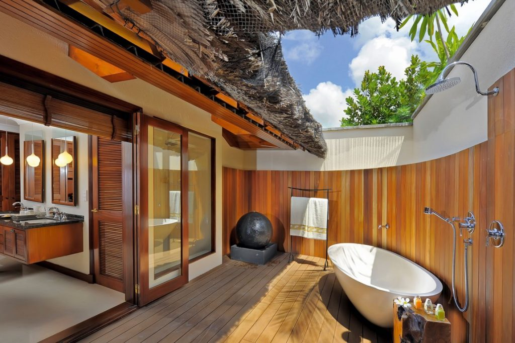 13 outstanding outdoor bathrooms for Indoor outdoor bathroom design ideas