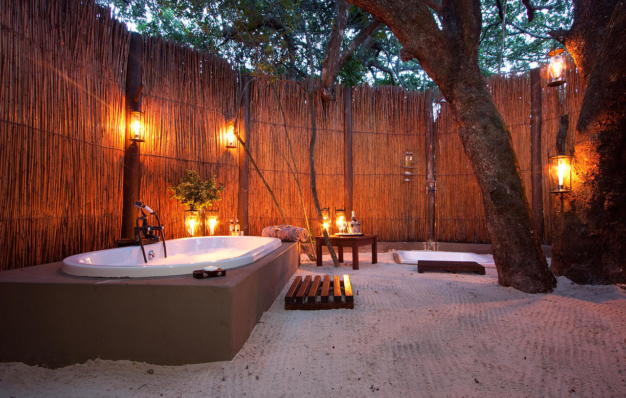 13 outstanding outdoor bathrooms for Bathroom designs outside