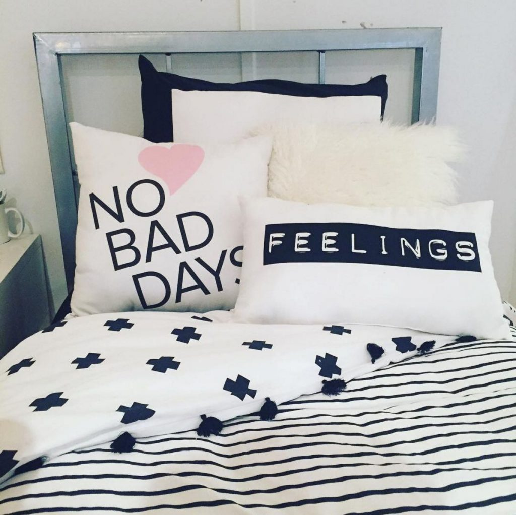 Decorative Pillows For Dorm Rooms : 21 dorm room decor ideas that will school you in style
