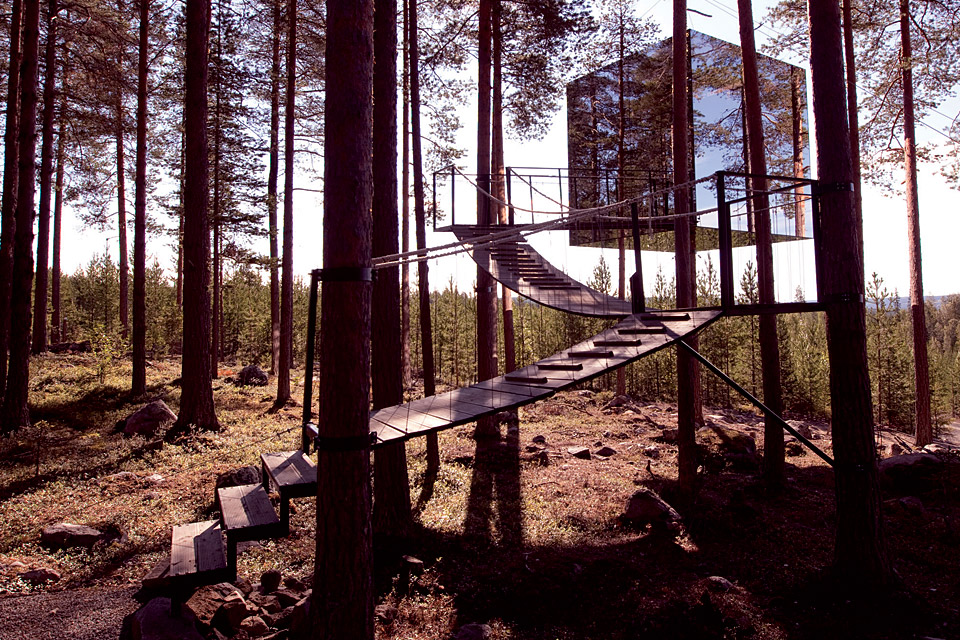 Invisible mirror treehouse