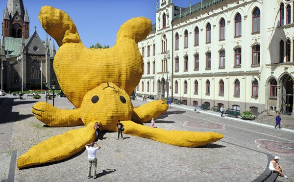 The Big Yellow Rabbit is an enlarged cuddle toy made out of various materials. The big bunny was featured in Orebro, Sweden.
