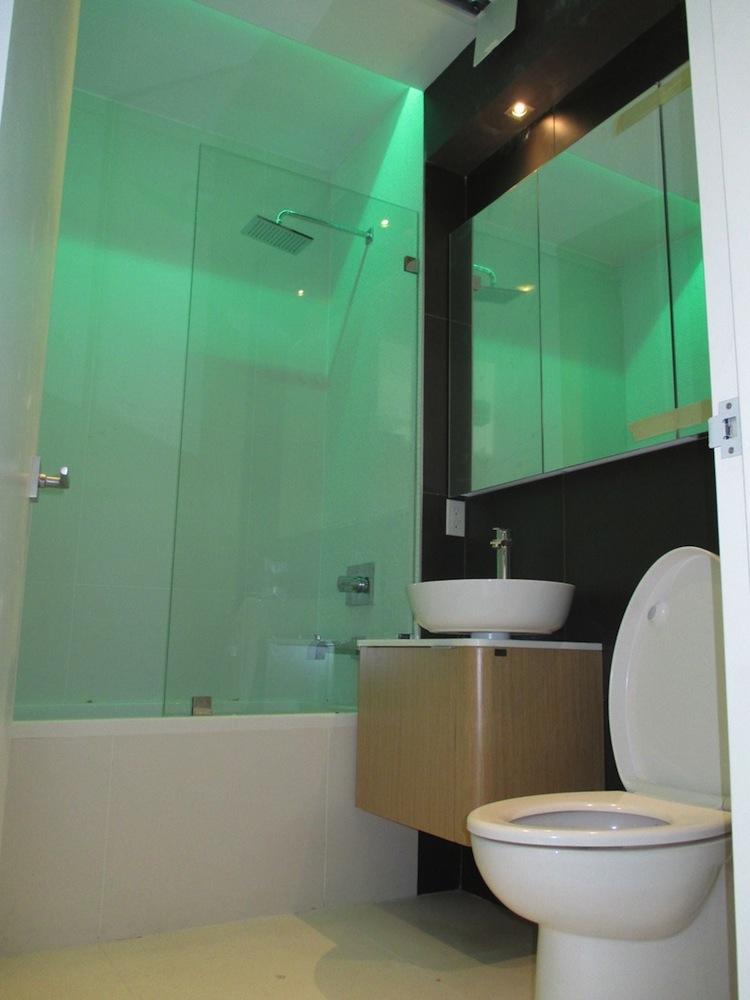 74 Maujer bathroom 2