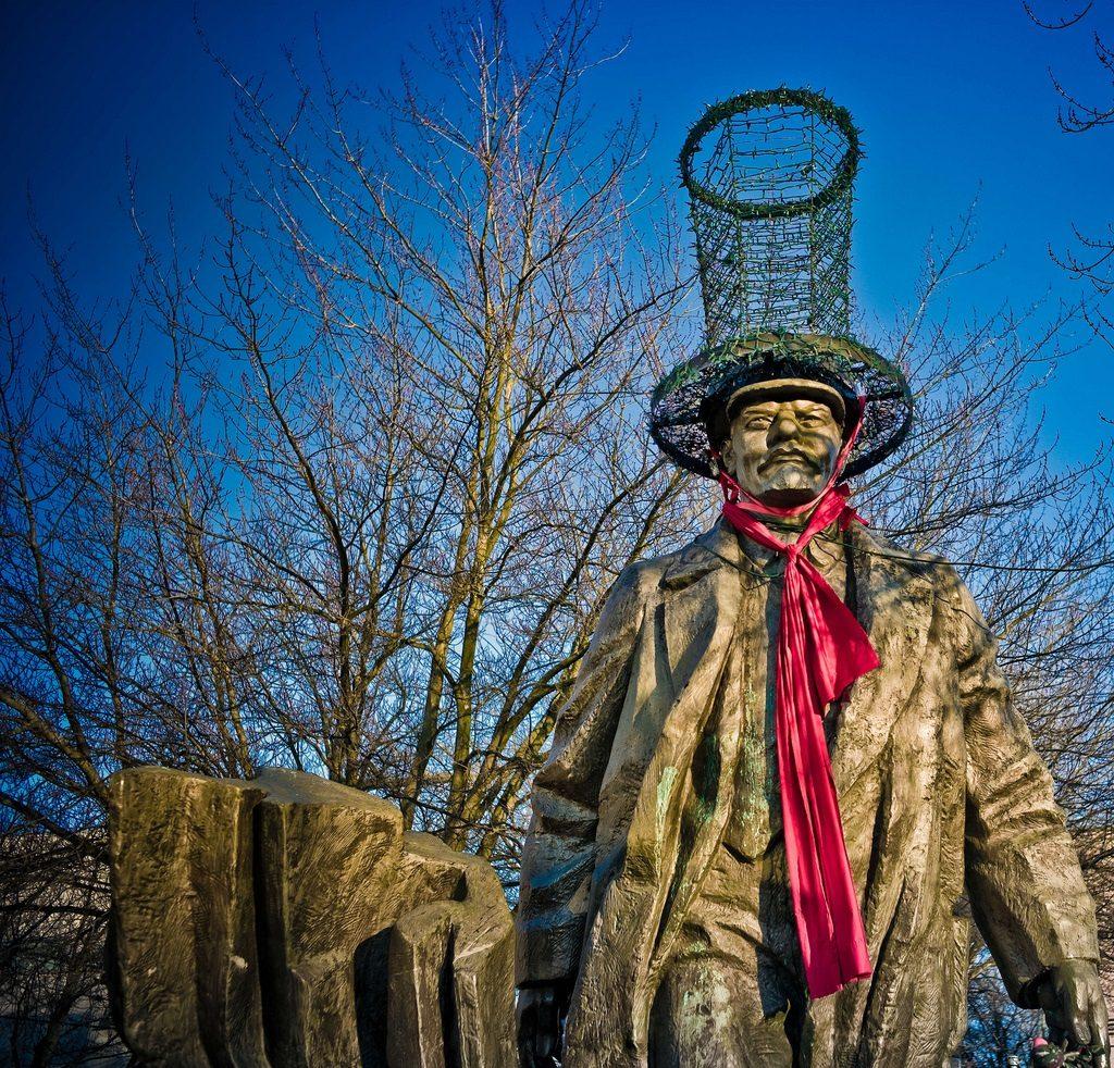 Seattle lenin statue 3