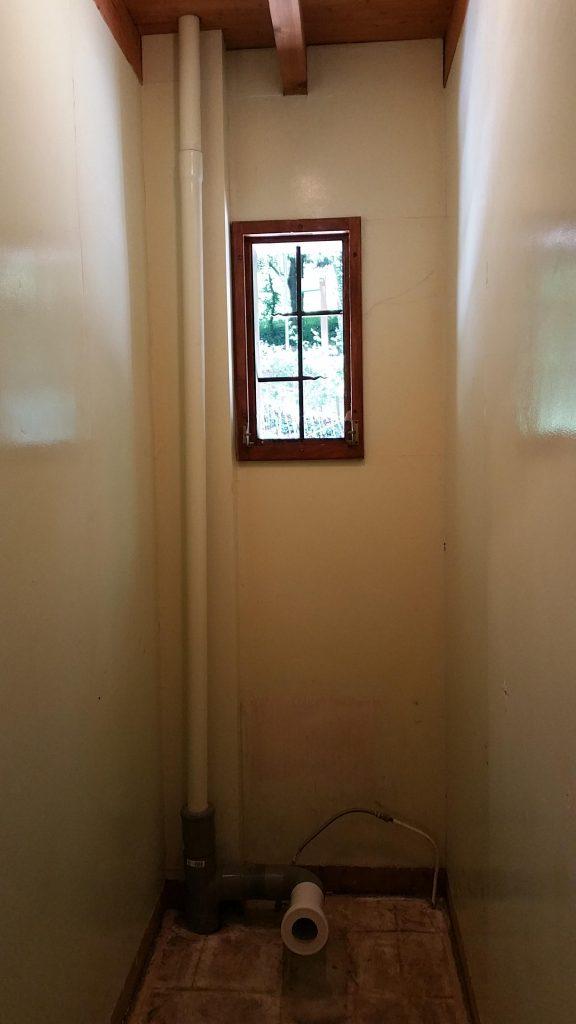 tiny bathroom before-min